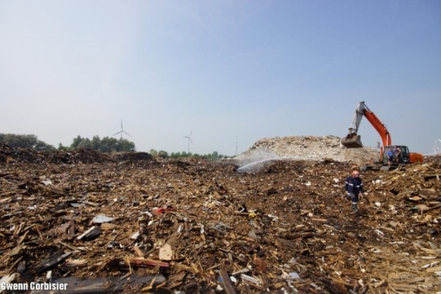 Les déchets de bois sont déplacés à l'aide de grues